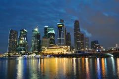Singapur-Skyline und Fluss nachts stockfotografie