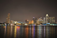 Singapur-Skyline und Fluss nachts Stockbilder