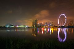 Singapur-Skylinepanorama nachts in Singapur-Stadt stockfotos