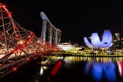 Singapur-Skylinestadtbild um Jachthafenbucht nachts lizenzfreies stockbild