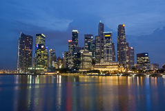 SINGAPUR-STADT-ABEND-SKYLINE Lizenzfreies Stockbild