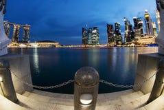 Singapur-Stadt geschossen während der blauen Stunde Stockbilder