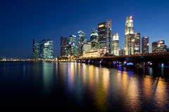 Singapur-Stadt nachts lizenzfreie stockfotografie