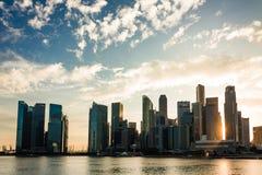Singapur-Stadtbildfinanzgebäude mit drastischer Wolke Lizenzfreie Stockfotos