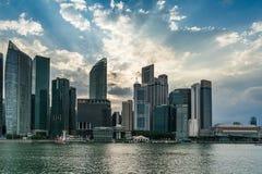 Singapur-Stadtbildfinanzgebäude mit drastischer Wolke in MA Lizenzfreies Stockfoto