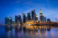 Singapur-Stadtskyline an der Dämmerung, Singapur bezogen sich als Lion City, die Garten-Stadt lizenzfreie stockbilder