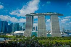 SINGAPUR SINGAPUR, STYCZEŃ, - 30, 2018: Piękny krajobraz trzy góruje Marina zatoki piaski Ressort przeciw a Zdjęcia Stock