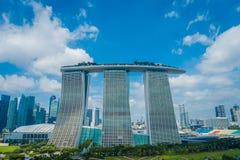 SINGAPUR SINGAPUR, STYCZEŃ, - 30, 2018: Piękny krajobraz trzy góruje Marina zatoki piaski Ressort przeciw a Fotografia Stock