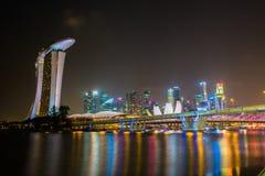 SINGAPUR - Styczeń 24: Widok drapacze chmur w Marina zatoce na Styczniu 24, 2014 w Singapur Singapur jest światu leadin fourth Obrazy Stock