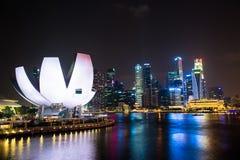 SINGAPUR - Styczeń 24: Widok drapacze chmur w Marina zatoce na Styczniu 24, 2014 w Singapur Singapur jest światu leadin fourth Obraz Stock