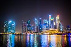SINGAPUR - Styczeń 24: Widok drapacze chmur w Marina zatoce na Styczniu 24, 2014 w Singapur Singapur jest światu leadin fourth Fotografia Stock