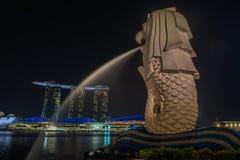 SINGAPUR - Styczeń 24: Widok drapacze chmur w Marina zatoce na Styczniu 24, 2014 w Singapur Singapur jest światu leadin fourth Zdjęcie Royalty Free