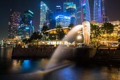 SINGAPUR - Styczeń 24: Widok drapacze chmur w Marina zatoce na Styczniu 24, 2014 w Singapur Singapur jest światu leadin fourth Zdjęcia Royalty Free