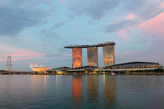 Singapur ulotka i sławny hotel Marina zatoki piaski na zmierzchu Obraz Stock