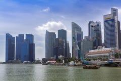 Singapur-Wolkenkratzer und -boote Stockfotografie