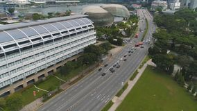Singapur - 25 2018 Wrzesień: Singapur miasta linia horyzontu wzdłuż Singapur rzeki, pięknej zielonej trawy i drogi, strzał zdjęcie stock