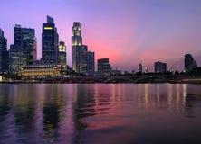 Singapur-zentrales Geschäftsgebiet an der Dämmerung lizenzfreie stockfotografie