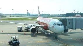 SINGAPURA - 4 de abril de 2015: Air Asia Airbus A320-200 que espera na porta no aeroporto internacional de Changi por passageiros Imagens de Stock