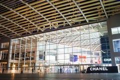 Singapura - 30 de abril de 2016: Fachada da construção de Singapura Marina Bay Sands Os shopping luxuosos os maiores com sobre os Foto de Stock