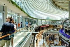Singapura 13 DE ABRIL DE 2019: interior das lojas em Marina Bay Sands As lojas são uma da compra luxuosa a maior de Singapura imagens de stock royalty free
