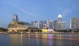 SINGAPURA - 14 DE DEZEMBRO DE 2016: Arranha-céus altos e modernos no ônibus Imagem de Stock Royalty Free