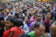 SINGAPURA - 31 DE DEZEMBRO DE 2013: Uma multidão enorme de povos recolheu no pecado Imagem de Stock Royalty Free