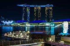 SINGAPURA 8 de fevereiro de 2015 a fonte de Merlion na frente do hotel de Marina Bay Sands Fotos de Stock Royalty Free