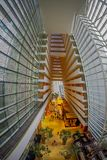 SINGAPURA, SINGAPURA - 31 DE JANEIRO DE 2018: Bonito acima da vista da entrada luxuoso interior de Marina Bay Sands Hotel dentro Imagem de Stock