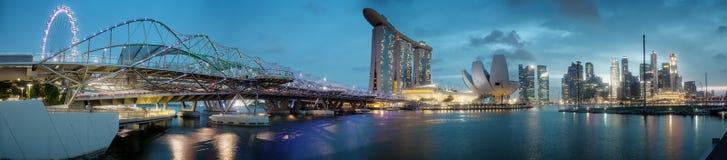 SINGAPURA - 1º DE JANEIRO DE 2014: Skyline da terraplenagem arranha-céus Imagens de Stock Royalty Free
