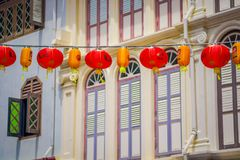 SINGAPURA, SINGAPURA - 30 DE JANEIRO 2018: Feche acima das lanternas decorativas dispersadas em torno do bairro chinês, Singapura imagens de stock royalty free