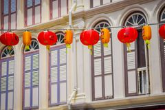SINGAPURA, SINGAPURA - 30 DE JANEIRO 2018: Feche acima das lanternas decorativas dispersadas em torno do bairro chinês, Singapura foto de stock royalty free