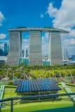 SINGAPURA, SINGAPURA - 30 DE JANEIRO DE 2018: Feche acima do painel solar com uma paisagem bonita de três torres do Imagem de Stock Royalty Free