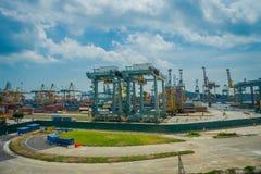 SINGAPURA, SINGAPURA - 30 DE JANEIRO DE 2018: Ideia exterior de algumas estruturas metálicas no porto de Singapura Navio-a Imagem de Stock Royalty Free