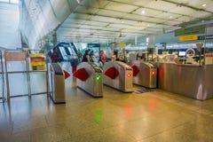 SINGAPURA, SINGAPURA - 30 DE JANEIRO DE 2018: Opinião exterior os povos na bilheteira para o transporte do trem do uso Aberto den Foto de Stock