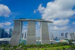 SINGAPURA, SINGAPURA - 30 DE JANEIRO DE 2018: Paisagem bonita de três torres de Marina Bay Sands Ressort contra a Imagens de Stock