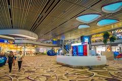 SINGAPURA, SINGAPURA - 30 DE JANEIRO DE 2018: Povos não identificados que andam perto do lojas e sinais informativos para dentro  Imagens de Stock