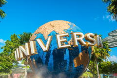 SINGAPURA - 13 de janeiro turistas e visitantes do parque temático que tomam imagens da grande fonte de giro do globo na frente d Fotos de Stock Royalty Free
