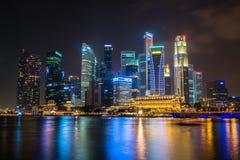 SINGAPURA - 24 de janeiro: Vista dos arranha-céus em Marina Bay o 24 de janeiro de 2014 em Singapura Singapura é leadin do mundo  Imagens de Stock