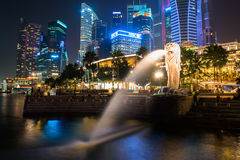SINGAPURA - 24 de janeiro: Vista dos arranha-céus em Marina Bay o 24 de janeiro de 2014 em Singapura Singapura é leadin do mundo  Fotos de Stock Royalty Free