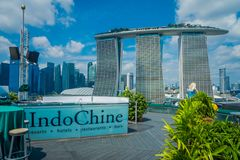 SINGAPURA, SINGAPURA - 30 DE JANEIRO DE 2018: Vista exterior bonita de três torres de Marina Bay Sands Ressort contra Foto de Stock