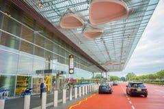 SINGAPURA, SINGAPURA - 30 DE JANEIRO DE 2018: Vista exterior dos táxis de táxi que esperam fora do terminal em Singapura Changi Imagens de Stock