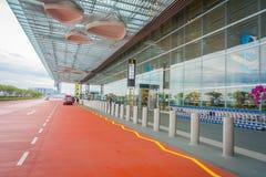 SINGAPURA, SINGAPURA - 30 DE JANEIRO DE 2018: Vista exterior dos táxis de táxi que esperam fora do terminal em Singapura Changi Foto de Stock Royalty Free