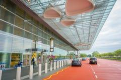 SINGAPURA, SINGAPURA - 30 DE JANEIRO DE 2018: Vista exterior dos táxis de táxi que esperam fora do terminal em Singapura Changi Imagens de Stock Royalty Free