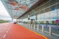 SINGAPURA, SINGAPURA - 30 DE JANEIRO DE 2018: Vista exterior dos táxis de táxi que esperam fora do terminal em Singapura Changi Fotos de Stock Royalty Free