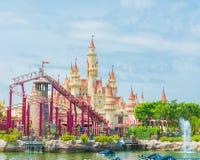 SINGAPURA 20 de julho de 2015: castelo e montanha russa bonitos em U Fotos de Stock Royalty Free
