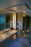 SINGAPURA - 23 de julho de 2016: sala de hotel de luxo com interior moderno, grande mármore bonito do banheiro Foto de Stock