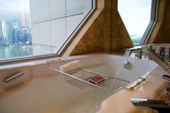 SINGAPURA - 23 de julho de 2016: sala de hotel de luxo com interior moderno, grande mármore bonito do banheiro Imagem de Stock