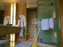 SINGAPURA - 23 de julho de 2016: sala de hotel de luxo com interior moderno, grande mármore bonito do banheiro Imagens de Stock Royalty Free