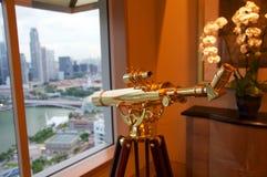 SINGAPURA - 23 de julho de 2016: sala de hotel de luxo ou série com interior moderno, uma opinião impressionante Marina Bay, dour Imagens de Stock Royalty Free