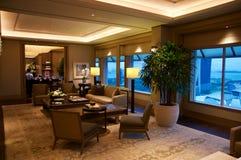 SINGAPURA - 23 de julho de 2016: sala ou série de hotel de luxo com interior moderno, uma área de assento e uma vista impressiona Imagem de Stock
